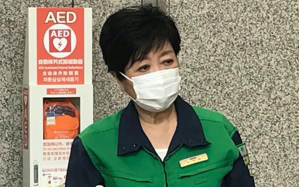 記者団の取材に応じる小池都知事(15日、東京都庁)