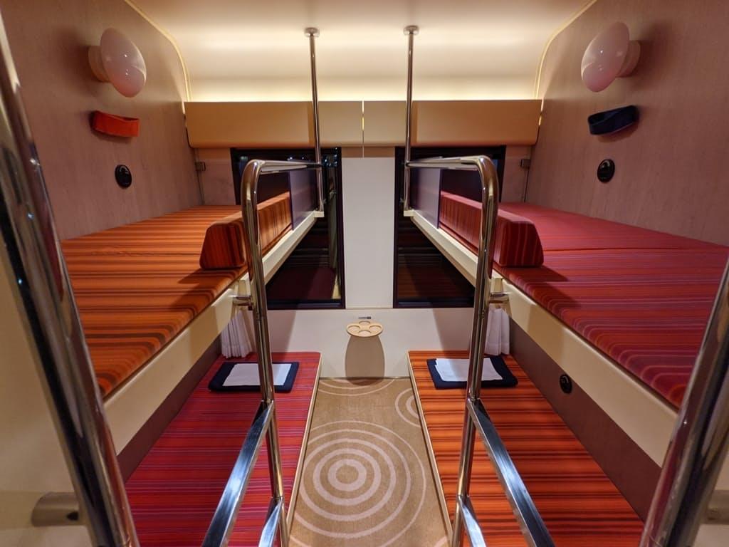 ブルートレインのB寝台とよく似ている2段ベッドの「クシェット」