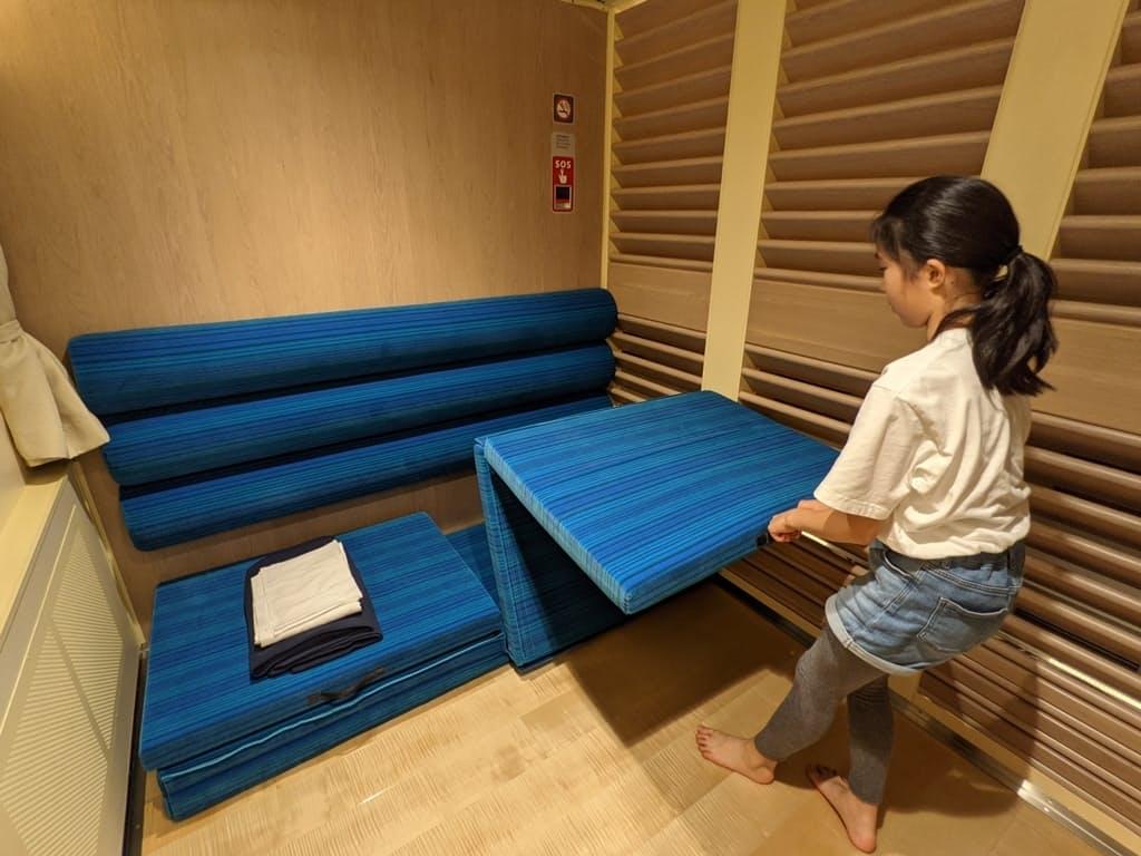 ファミリーキャビンは家族で横になって寝ることができる5平方メートルの半個室だ