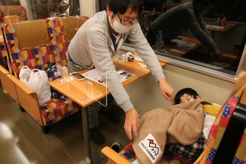 座席に横になって寝るのは子どもたちにとって非日常の経験