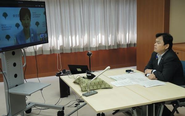オンライン会談で東京の地下鉄整備を進める方針を確認した赤羽国交相(右)と小池都知事