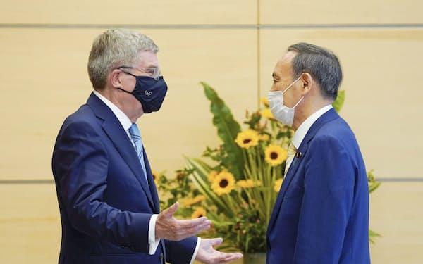 IOCのバッハ会長(左)との会談に臨む菅首相(14日、首相官邸)=ロイター・共同