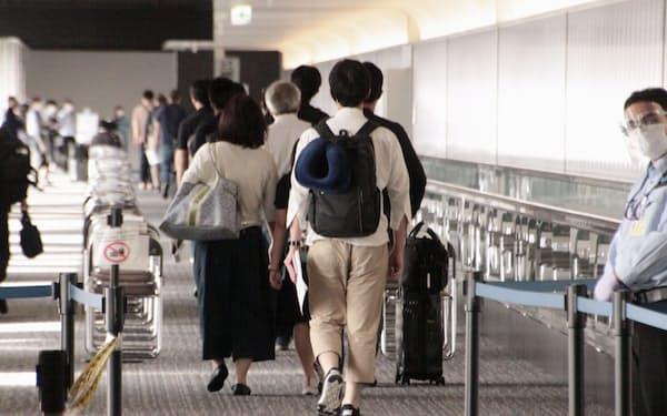 インドネシアから成田空港に到着した清水建設社員ら(14日午後、千葉県成田市)=共同