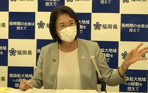 感染拡大時に時短要請する基準について説明する大曲副知事(15日、福岡県庁)
