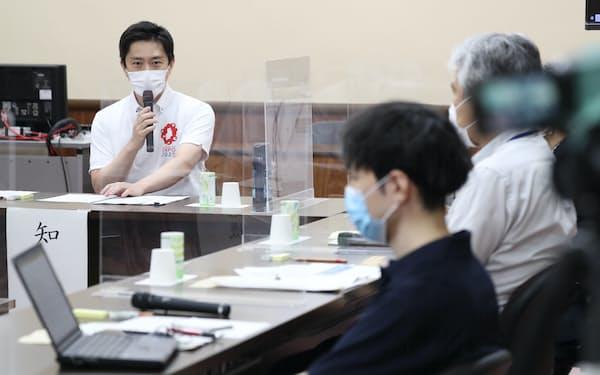 専門家を招いた大阪府の会議で発言する吉村知事(15日午後、大阪府庁)