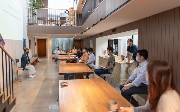 フェニクシーの専用施設で、実業家から意見をもらう起業家ら(京都市)