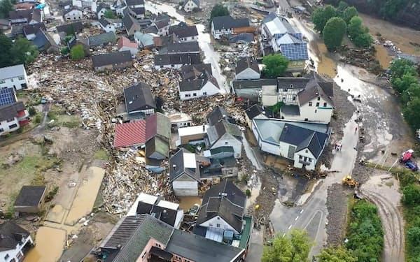 15日、ドイツ西部ラインラント・プファルツ州で川の氾濫被害を受けた村(AP=共同)