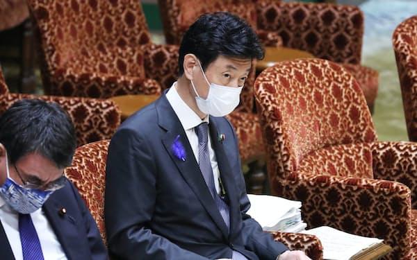酒提供店への対策強化策を巡り、野党議員の質問を聞く西村経財相(15日、参院内閣委)