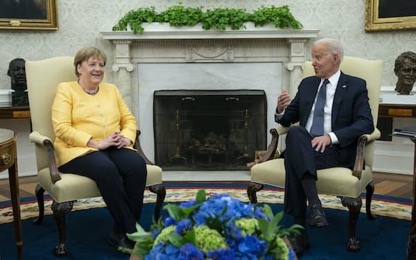 15日、ドイツのメルケル首相(左)と会談したバイデン米大統領は「永続的な友好関係について議論したい」と語った(ホワイトハウス)=AP