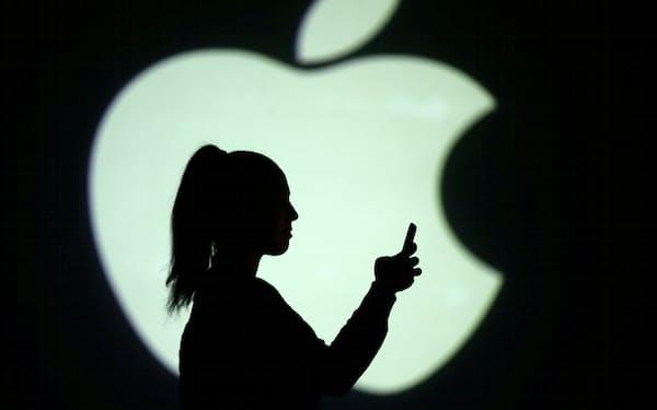 アップルが後払い決済に参入するとの報道で専業各社の株価は下げた=ロイター