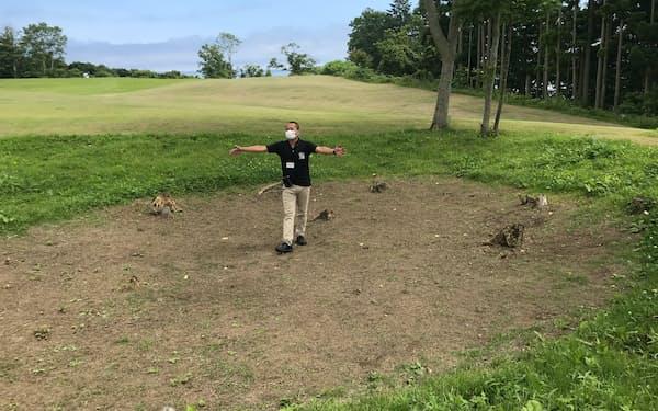 世界遺産候補の垣ノ島遺跡で竪穴建物跡について解説する函館市教育委員会の担当者