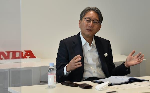 取材に応じるホンダの三部社長(16日、東京都港区)