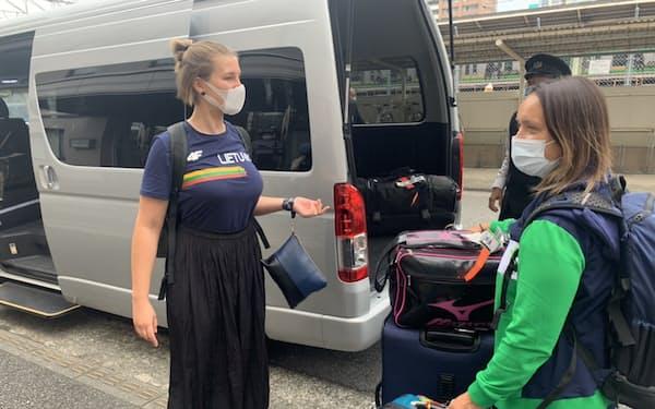 14日、神奈川県平塚市でリトアニア選手団を出迎えるチェカナビチューテ・ラサさん(左)=同市提供