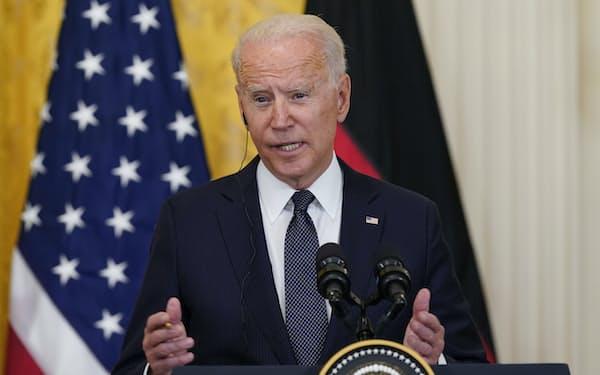 ホワイトハウスで記者会見するバイデン米大統領(7月15日)=AP