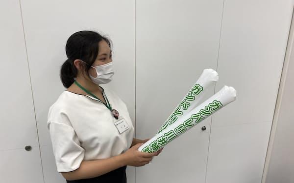 石川県津幡町は、地元出身のレスリング日本代表、川井梨紗子選手らを住民が自宅で応援できるようスティックバルーンを配る