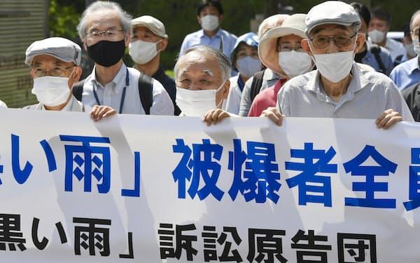 「黒い雨」訴訟の控訴審判決で、広島高裁に向かう原告団(14日)=共同