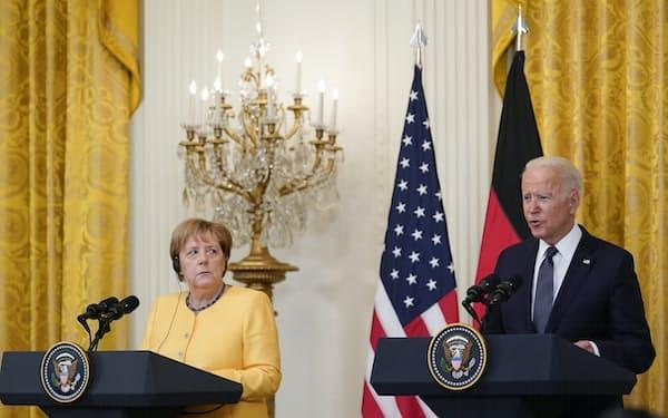 15日、ドイツのメルケル首相(左)に対し、バイデン米大統領は公の場で軍事支出拡大を要求しなかった(ホワイトハウス)=AP