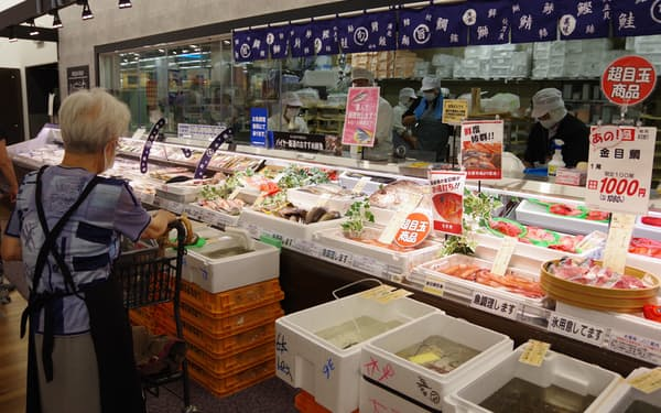 ヤマナカは鮮魚や総菜の種類を拡充し、ネットスーパーとの差別化を図る(16日、ヤマナカ太平通店)