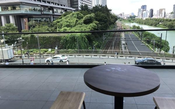 江戸城外堀の史跡が見えるテラス席で飲食を楽しむことができる
