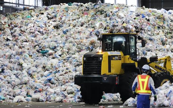 資源とごみに選別する施設に運び込まれたプラスチックごみ(名古屋市港区)