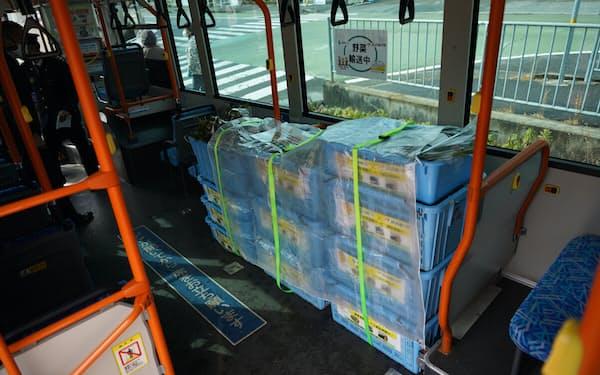 路線バスの乗客減を補う形で貨客混載に取り組む(写真は青果物を載せた路線バス=神姫バス提供)