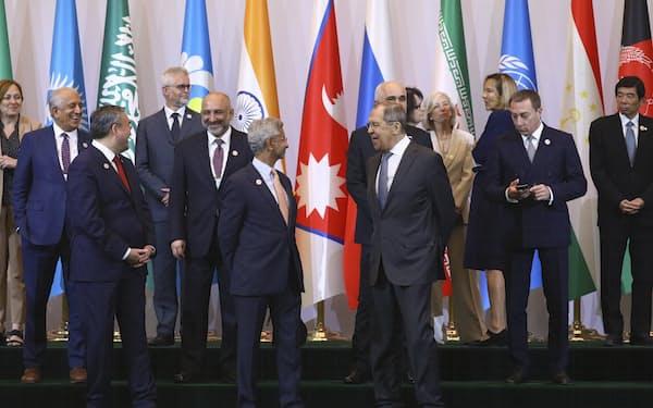 16日、タシケントで中央・南アジア国際会議に参加するロシアのラブロフ外相ら(ロシア外務省提供)=AP