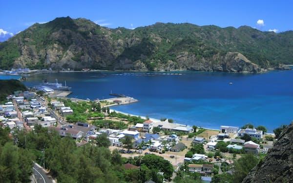 東京都は小笠原諸島への航空路の開設を目指している(写真は父島の集落、小笠原村提供)