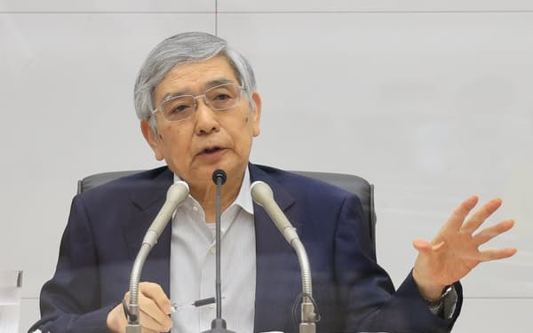 記者会見する黒田日銀総裁(16日、日銀本店)=代表撮影