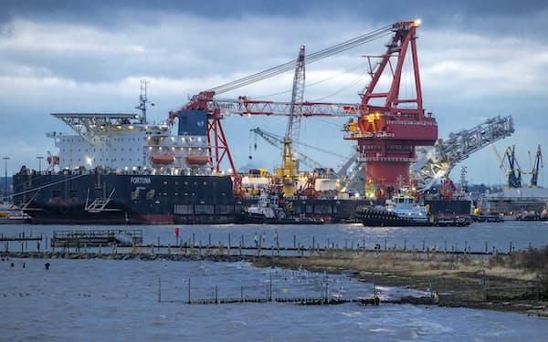 LNG価格の先高観の背景には、独ロを結ぶガスパイプライン計画「ノルドストリーム2」を巡る思惑もある(同計画のパイプライン敷設船)=AP