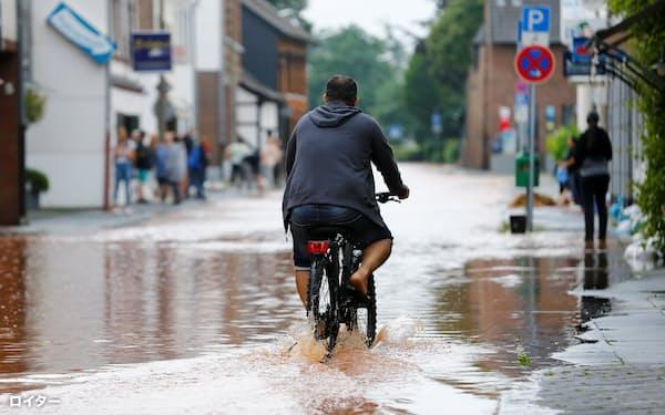 気候変動が争点のひとつ。ドイツでは7月中旬からの大雨で大きな被害が出ている=ロイター