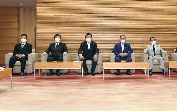 閣議に臨む首相ら(16日、首相官邸)=共同