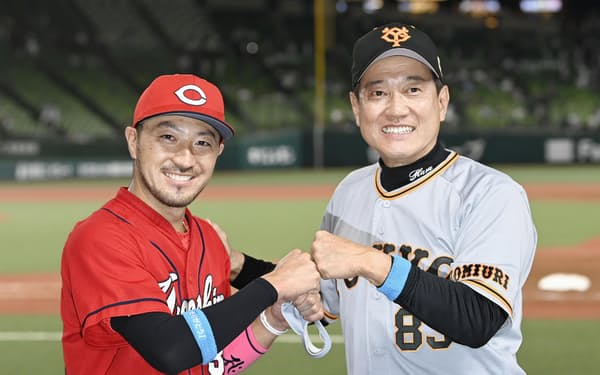 全パに競り勝ち、笑顔でポーズをとる全セの菊池涼(左)と原監督(16日、メットライフドーム)=共同