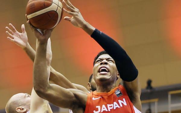 バスケットボールの八村塁㊨は海外にルーツを持つアスリートの多い日本選手団を象徴する存在だ=共同