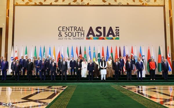16日、タシケントで中央・南アジアの地域統合に向けた国際会議に参加した各国代表=ロイター