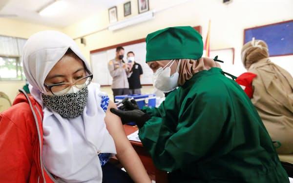 1日あたりの新規感染者数(7日移動平均)が世界最多となったインドネシア=ロイター