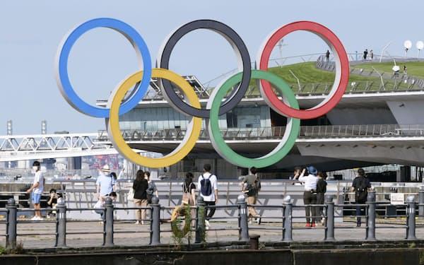 横浜市中区の赤レンガパークにある五輪マークのモニュメント=共同