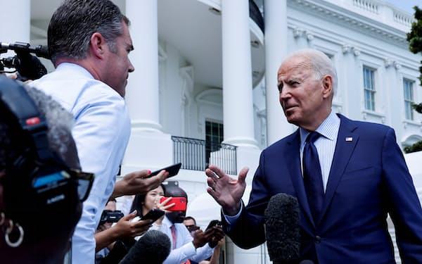 SNS上の誤情報について記者団の質問に答えるバイデン米大統領(16日、ホワイトハウス)=ロイター