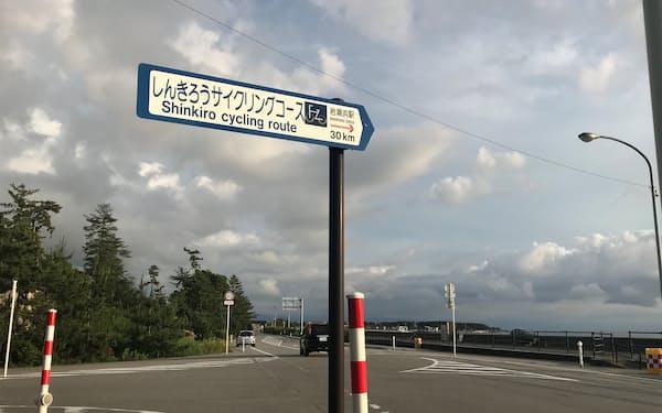 富山湾沿いのサイクリングコースの標識。サイクリスト向けに整備した(富山県魚津市)