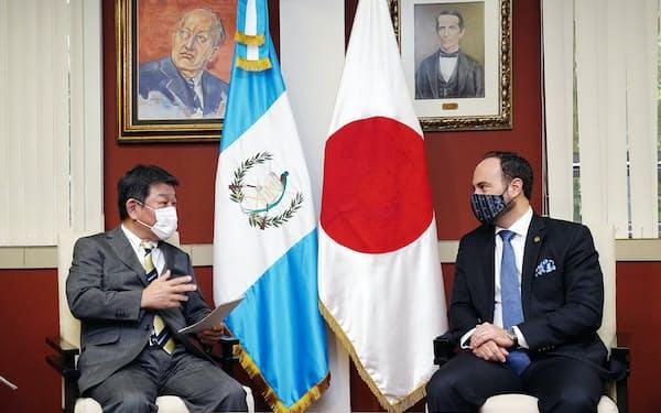 グアテマラのブロロ外相㊨と会談する茂木外相(首都のグアテマラ市)=日本外務省提供