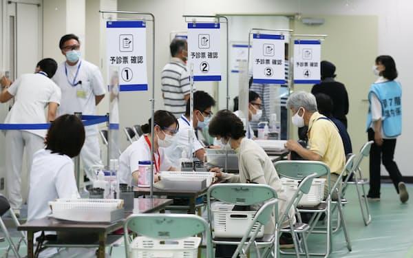 自衛隊の大規模接種センターへ接種に訪れた人たち(東京都千代田区)