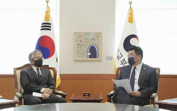 17日、ソウルの韓国外務省に相星孝一駐韓大使(左)を呼び出して抗議する崔鍾建・外務第1次官=韓国外務省提供・共同