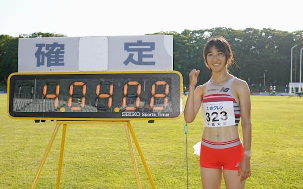 女子1500メートルで4分4秒08の日本新記録をマークし、笑顔でポーズをとる田中希実(17日、千歳市青葉陸上競技場)=共同
