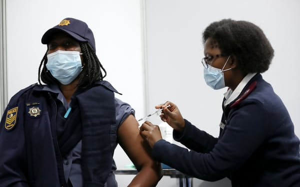 新型コロナの感染急増は経済回復の重荷に(5日、南アのワクチン接種会場)=ロイター