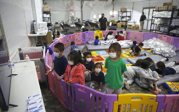 収容施設で遊ぶ移民の子どもたち(3月、テキサス州)=AP