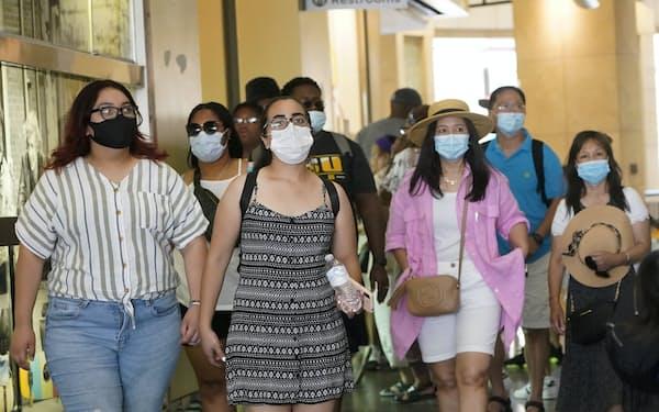カリフォルニア州の複数の地区でマスク着用が再び義務化された(ロサンゼルスの商業施設)=AP
