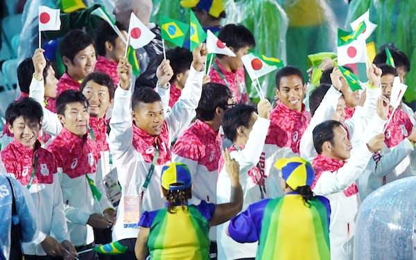 リオ五輪の閉会式で行進する日本選手団