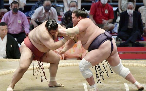 高安(左)を攻める照ノ富士。寄り切りで下す(17日、ドルフィンズアリーナ)=共同