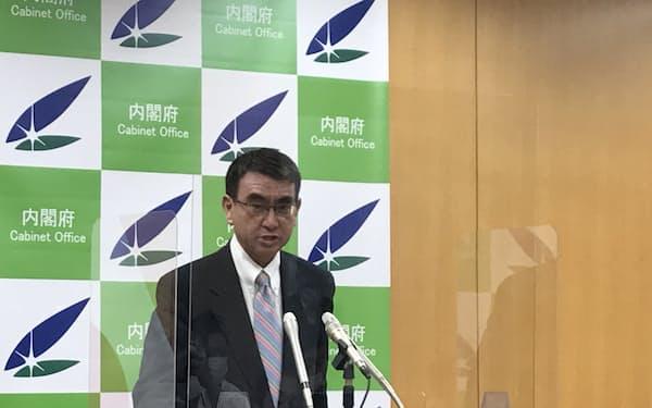 記者会見に臨む河野規制改革相(7月16日)