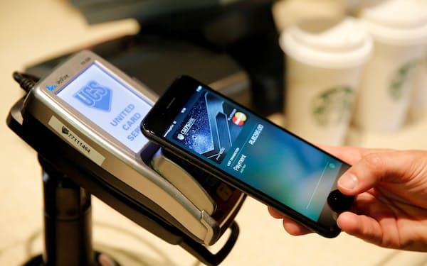 モスクワのカフェでもアップルの決済サービス、アップルペイが利用されている=ロイター
