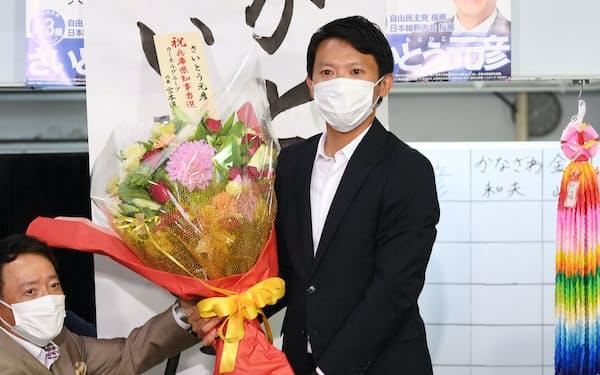 当選が確実となり花束を受け取る斎藤元彦氏(18日午後、神戸市中央区)